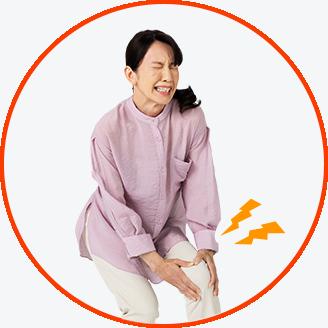 개를 산책하는 동안 무릎 관절 통증으로 고생하는 중년 여성의 사진