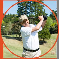 골프 스윙을하고있는 중년 남성의 사진